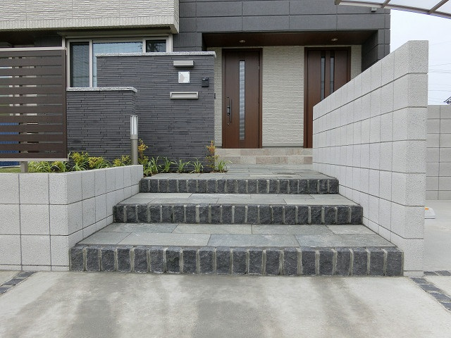 春日井市 O 様邸 石貼り階段とタイル壁